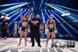 Ariane sendo anunciada vencedora em seu último combate no KSW (Foto: KSW)