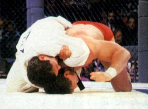 Royce Gracie Finalizando Ken Shamrock no UFC 1
