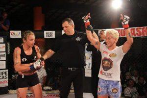 Virna sendo anunciada vencedora em um de seus combates no MMA (Foto: Fight On)